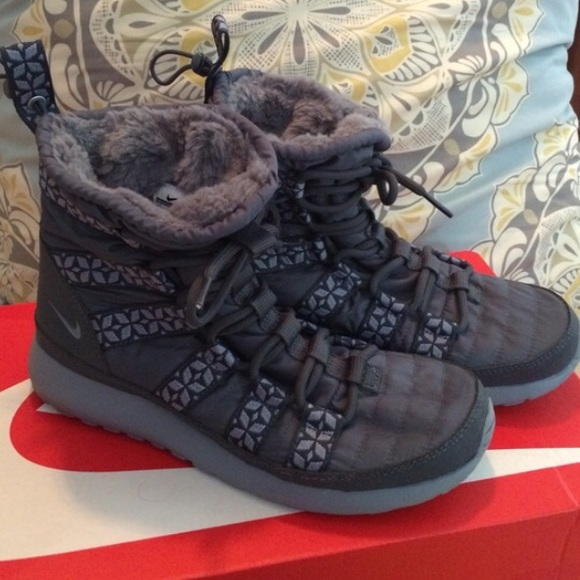 e353a8fc3504 Nike Roshe Run Hi Sneakerboot. M 561a246e44adbadecd01a71a