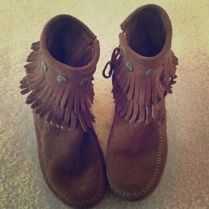 Minnetonka double fringe ankle booties boots 7