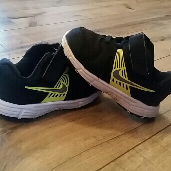 le scarpe nike tennis bambino dimensioni 7 poshmark