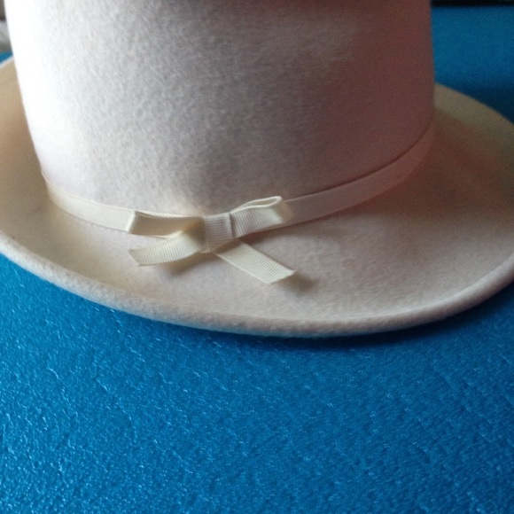 BCBGMaxAzria Accessories - BCBG MAX AZRIA 100% Wool Cream Fedora
