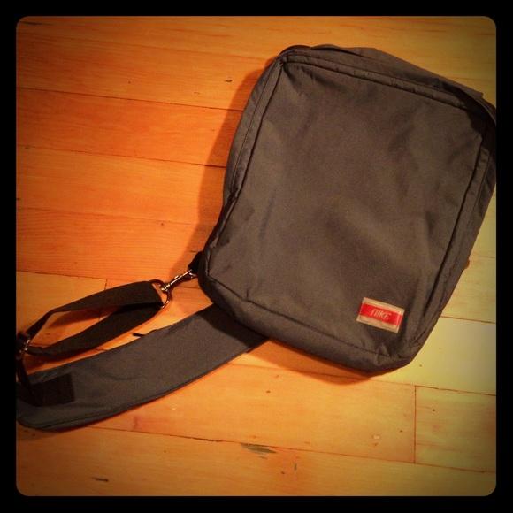 dfcd31fd3823 Nike sling shoulder bag. M 562972764e8d179bfe003c93