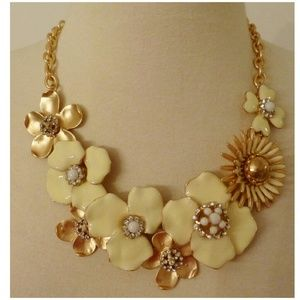 Jewelry - New! Pale Yellow Floral Flowers Statement Necklace