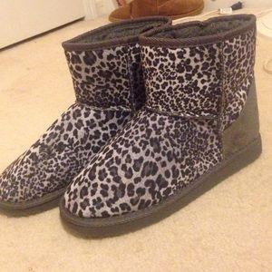 Shoes - Leopard print furry winter boots!!