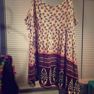 Adorable red creme and navy blue patterned top!