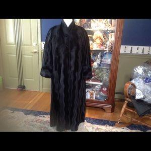 Jackets & Blazers - Beautiful carved flat. Faux fur coat FLASH💥 75 !