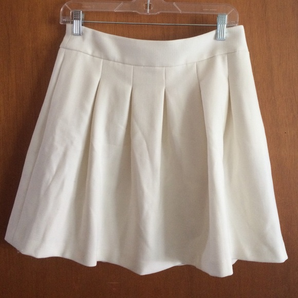 721bf1671 Banana Republic Dresses & Skirts - Banana Republic white lined pleated skirt  size 4