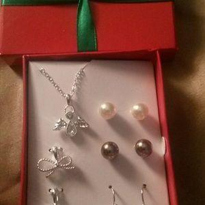 Jewelry - 🎁🎄FINAL SALE !Festive 🎁🎄 earring set.🎁🎄