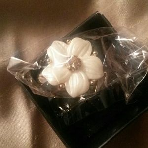 Jewelry - 🌼🌹Beautiful floral ring. 🌼🌹BRAND NEW!!