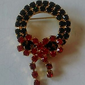 Jewelry - Christmas Wreath brooch w.rhinestone.