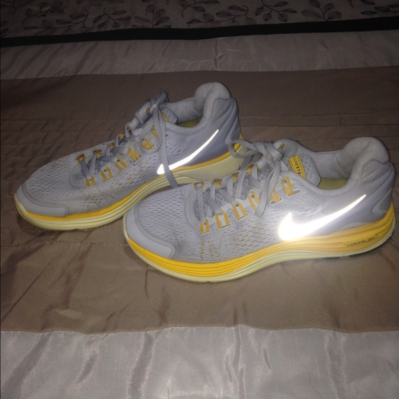 Price drop $25 LIVESTRONG LUNARLON SNEAKERS