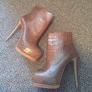 New Pour La Victoire snake print leather booties