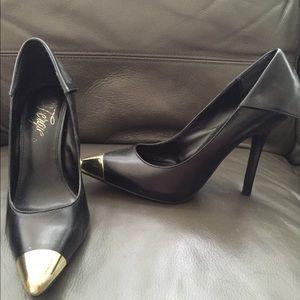 👠Fergie Podium black metal pointed toe pumps