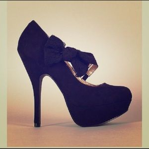 Qupid 7.5 black bow strap pumps