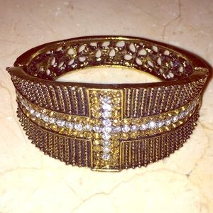 Jewelry - Gold bracelet with rhinestones. Perfect condition