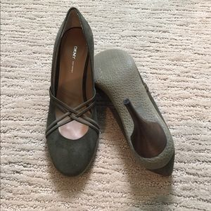 """NWOT DKNY Olive Green Suede 3.5"""" Thin Heels  8.5"""