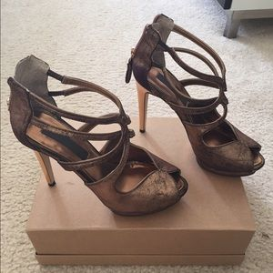 BCBG  metallic gold size 5 1/5. In new condition.