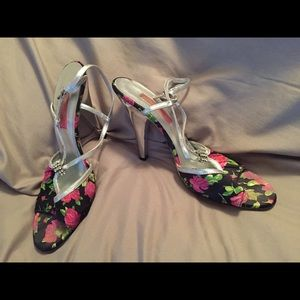 Betsy Johnson size 8.5 floral heels