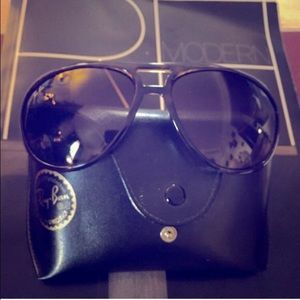 Ray-Ban sunnies with case. Very good condition