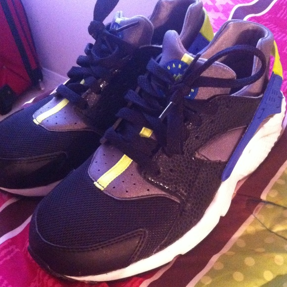 to buy top brands the cheapest Nike huaraches blue , lime green and black .