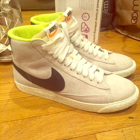 Women s Nike blazer mid vintage sneakers in grey. M 5653cbb33c6f9f182e00155c 8063e413e3