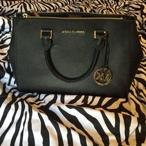 Michael Kors Handbags - Michael Kors Md Sutton