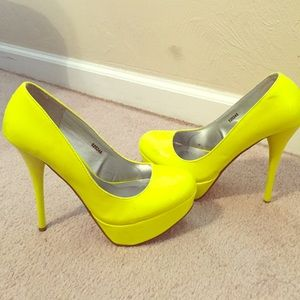 Neon yellow size 8 pumps