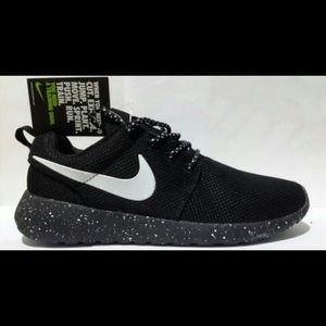low priced d52dd b2445 Nike Shoes - New Mens Roshe Size 10 Black Speckle