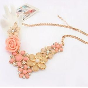 GORGEOUS Flower Statement Necklace-Gold