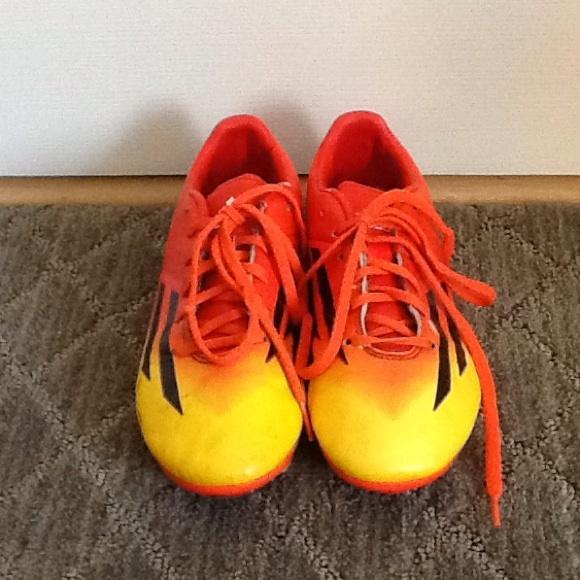 Le adidas f10 gli scarpini da calcio poshmark