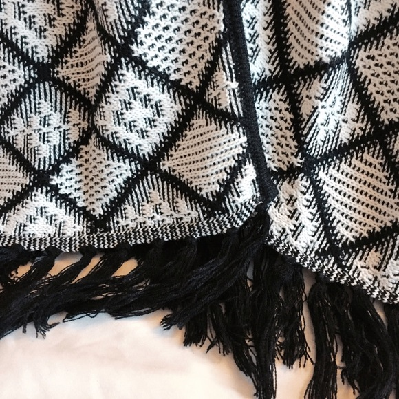 Francesca's Collections Sweaters - Short Sleeved Knit Kimono with Fringe