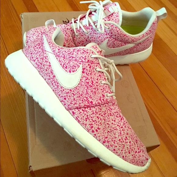 low priced 16011 15f78 Nike Roshe Run Pink Speckle sneakers size 7. M 566ded0c291a353817008bdd