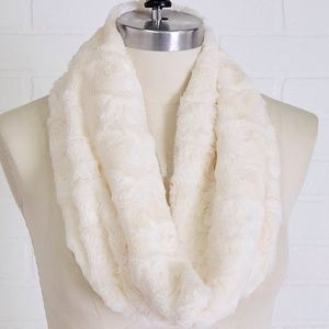 Accessories - 🎉HOST PICK  Short Faux Fur Infinity Scarf
