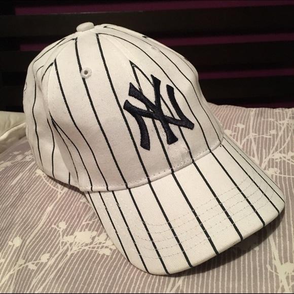 cbb46e3ef5c99 NY Yankees white pinstripe hat. Kids. M 566e0935f092821b9c0525fa