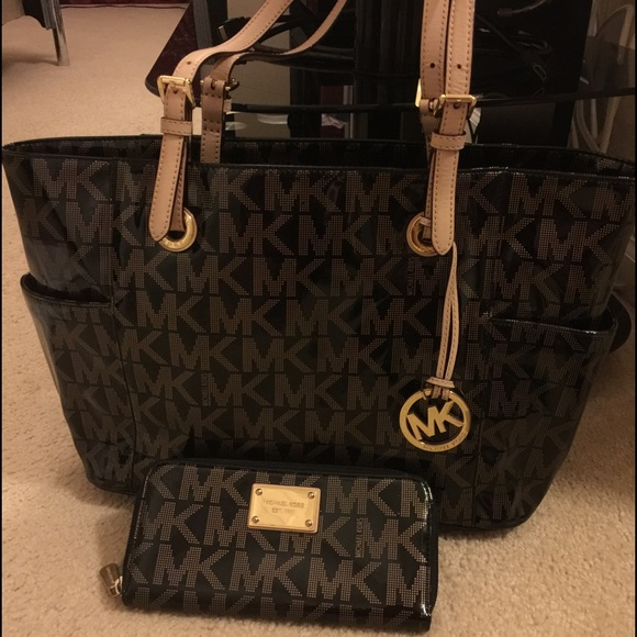 c79c1eccaf54 Michael Kors Jet Set Signature Tote Bag and Wallet.  M_566f4f306e3ec20095069ced