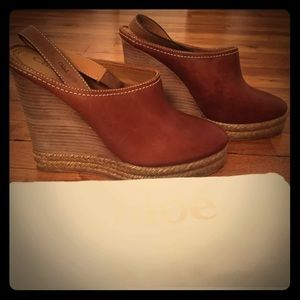 NEW Chloe leather and raffia clogs