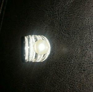 Jewelry - Silver ring with pearl.