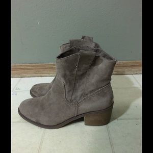 Light brown suede boots size 7 in women's.