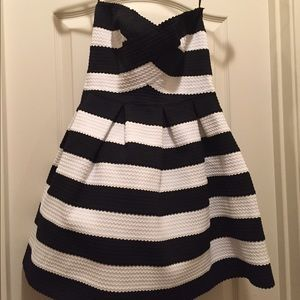 Dresses & Skirts - Never worn size small cocktail dress