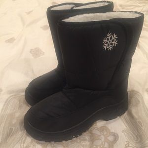 Shoes - BRAND NEW black and warm snow boots size 9