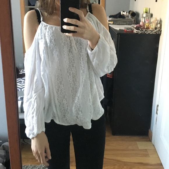 b5fa7901fa09d Abercrombie   Fitch Tops - Cold shoulder top