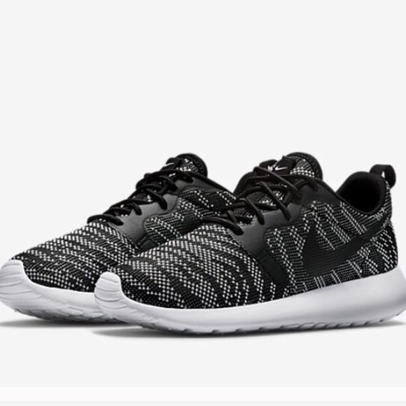 ef00dbbd77a7 NWOT Nike Roshe run knit jacquard women s size 9. M 56788cfbd6b4a1cac60023c0