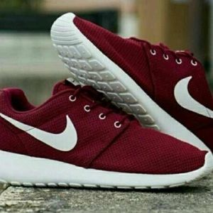 huge selection of 7c5f6 a39eb ISO maroon roshes size 5 women's or kids idc