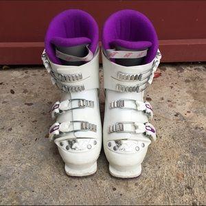❌SOLD❌Kids/women ski boots 25mm, women size 5.