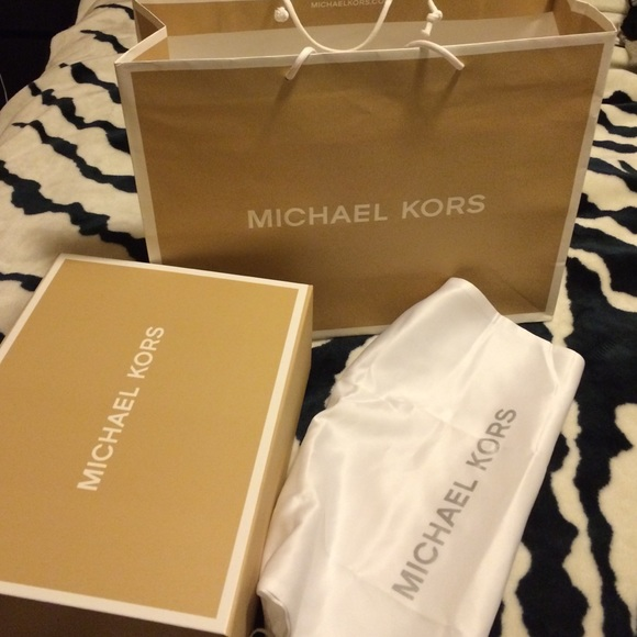 cb54e2b40 Michael kors new box, bag, and dust bag. M_5694a068afcd0e277c00997b