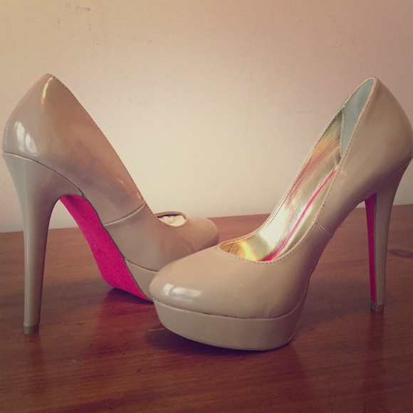b43db7a2891 Cream patent leather pumps with pink bottom. M 569ad508c6c795c18f00aeed