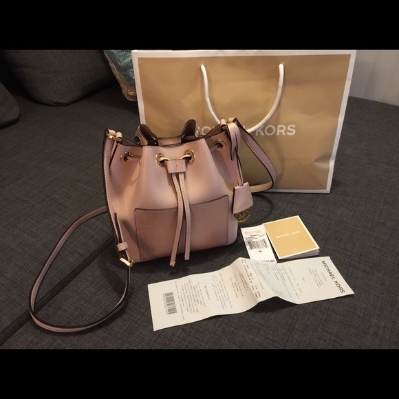 Michael Kors Small Greenwich Bucket Bag. M 569b374d6ba9e652de038806 740c6c8db6276
