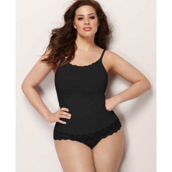 Med henne tunn kropp och Svart hårtyp utan behå (kupstorlek 34D) på stranden i bikini