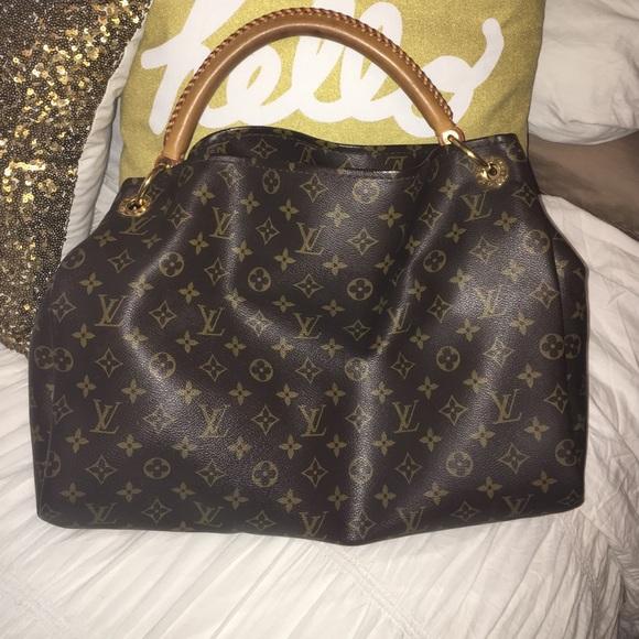 Louis Vuitton Handbags - Louis Vuitton artsy bag in LV s iconic monogram b129f3864d883
