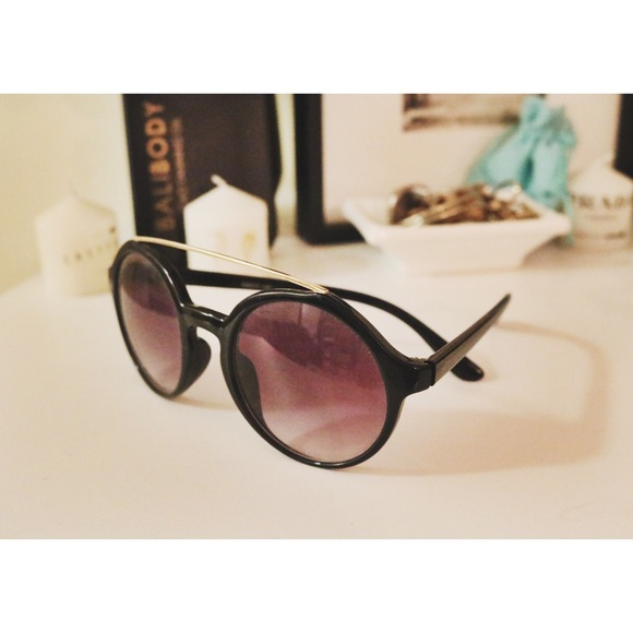 black circle sunglasses with gold accent bar