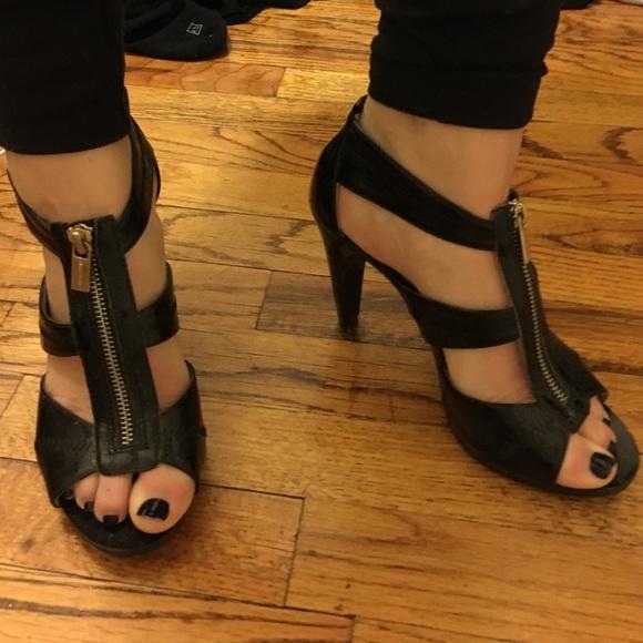 1084dd3965f Michael Kors Berkley T Strap Sandals - Size 8. M 569d5f26c284564e01009d71